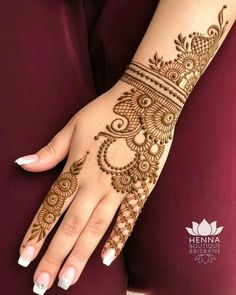 Check out the 60 simple and easy mehndi designs which will work for all occasions. These latest mehandi designs include the simple mehandi design as well as jewellery mehndi design. Getting an easy mehendi design works nicely for beginners. Latest Simple Mehndi Designs, Legs Mehndi Design, Full Hand Mehndi Designs, Mehndi Designs For Beginners, Mehndi Design Images, Beautiful Henna Designs, Latest Mehndi, Mahendi Designs Simple, Cute Henna Designs
