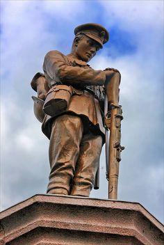War Memorial at Slaidburn, Lancashire. The same statue has also been used at Newmains in Lanarkshire. Monument commémoratif de guerre à Slaidburn, Lancashire. La même statue a également été utilisé à Newmains dans le Lanarkshire.