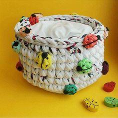 Faça com que sua criatividade nunca tenha limites. Vejam que fantástico este cestinho feito pela @meiroca_croche_, essas joaninhas estão incríveis. #fiodemalha #trapillomania #trapillo #fiodemalhaetudo #fiosguaranisempre #fiosguarani #cestinho #joaninhas #crochelove #criatividade #ideiasamil #sustentabilidade #feitoamao #amoartesanato
