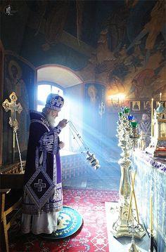 Russian Orthodox Church ~ Censing the altar Orthodox Catholic, Russian Orthodox, Orthodox Christianity, Roman Catholic, Orthodox Priest, Christian Church, Christian Art, Saint Chapelle, Les Fables