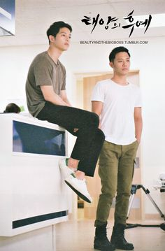 Joong Ki & Jin Goo behind the scene Descendants Of The Sun Korean Star, Korean Men, Korean Actresses, Korean Actors, Seo Dae Young, Song Joong Ki Cute, Descendants Of The Sun Wallpaper, Soon Joong Ki, Decendants Of The Sun