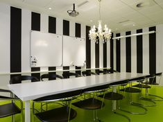 Grosse salle de réu avec tableau blanc