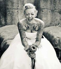 Der Oberkoerper dieser Braut ist von Tattoos uebersaeht