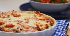 Dette er en knallgod tacopai, en super variasjon på tacomåltidet - deilig kosemat i helgen! Serveres med frisk salat, hjemmelaget tacosaus ...