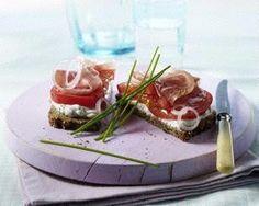 Tomaten-Quark-Brot mit Schinken