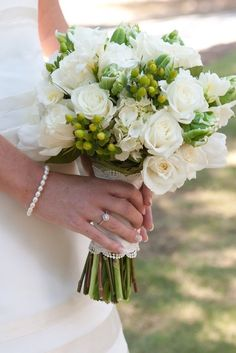 cream roses and hydrangeas with green accents - bouquet. Don't like roses but could be white lilies! Green And White Wedding Flowers, Cream Flowers, Cream Roses, Rose Wedding Bouquet, Bridesmaid Bouquet, Wedding Flower Inspiration, Wedding Ideas, Cream Wedding, Georgia Wedding