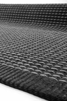 Grått på svart Nytt tilskudd til finske Hanna Korvelas Teppet er vevd i bomull og papir. 2156 kr per Hanna Korvela/Blåman. Interior Rugs, Rugs On Carpet, Carpets, Woven Rug, Hand Weaving, Area Rugs, Tapestry, Black And White, Fabric
