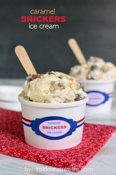 Caramel Snickers Ice Cream - Snickers bars and caramel turn this easy NO MACHINE ice cream into a fun treat Eis Ice Cream Treats, Ice Cream Desserts, Frozen Desserts, Frozen Treats, Snickers Ice Cream, Yummy Ice Cream, No Churn Ice Cream, Popsicle Recipes, Frozen Yogurt