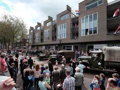 Militaire voertuigen trekken bekijks in #Zevenaar.