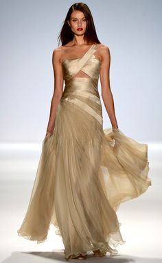 <3<3. What a beautiful gown!