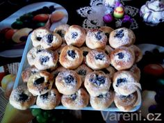 Výborné kynuté koláče ze sádla, které dlouho vydrží měkké. Sweet And Salty, Pavlova, Doughnut, Sweet Recipes, Donuts, Sushi, Cheesecake, Food And Drink, Cookies