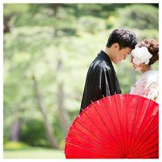 和装の《前撮り》や《フォトウェディング》で定番!「和傘」を使ったおしゃれなポーズ&アイディア*11選 | ZQN♡ Wedding Photography Poses, Wedding Poses, Wedding Photoshoot, Wedding Couples, Japanese Couple, Crazy Wedding, Wedding Couple Photos, Wedding Kimono, Japanese Wedding