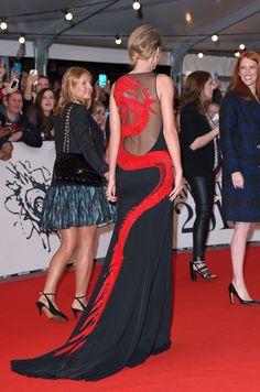 Taylor Swift in Roberto Cavalli Atelier custom dress, Charlotte Olympia shoes and Lorraine Schwartz jewels – 2015 #BRIT Awards @robertocavalli @colympia