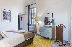 Cet appartement de 45m2 est situé près du Colisée, l'un des sites touristiques les plus célèbres et époustouflants de Rome. La cuisine entièrement équipée, a un charme vintage avec son carrelage romain. Elle donne sur un balcon où vous pourrez savourer un petit-déjeuner paisible tout en admirant la vue qui s'offre à vous. Le salon coloré, aménagé confortablement, est doté de rideaux plissés sombres et d'une table pour quatre personnes. Vous serez juste à côté de la station de métro Cavour et…