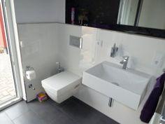 Wandfliesen der Waschtisch ist von Keramag, Serie Xeno und die Toilette von Duravit, Serie 2nd floor