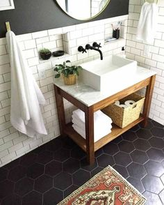 carrelage hexagonal en noir et carreaux métro blancs pour salle de bain