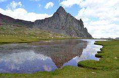 """IBONES DE ANAYET. Son un conjunto de pequeños lagos glaciares del Pirineo Aragonés, situados en el término municipal de Sallent de Gállego, Huesca, a 2.233 metros de altitud y a los pies del pico Anayet (2.545m).    Se accede a ellos a pie, a partir del lugar conocido como """"Corral de las Mulas"""", a unos tres kilómetros de Formigal, Huesca, en la carretera a Francia.    El agua de los ibones se precipita en el lugar conocido como """"La Rinconada"""" dando lugar al río de la Canal Roya."""