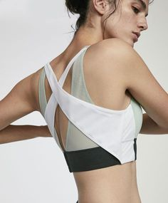 Green and ecru sports bra, 25.99£ - Sports bra with medium support and fastening in the back. - Find more trends in women fashion at Oysho .
