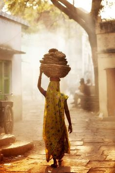 Indian VIllage Photo: Indian women carrying cow-dung caked, for cooking with via (Favorite Cake Lights) Village Photography, Indian Photography, Street Photography, Woman Photography, Village Photos, Art Village, Amazing India, Indian Village, India Culture