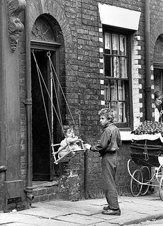 Push and shove: Children play on a makeshift swing PICTURES by Shirley Baker, taken from the Mary Evans Picture Library Manchester Vintage Pictures, Old Pictures, Swing Pictures, Black White Photos, Black And White Photography, Photos Du, Old Photos, Shirley Baker, Shoes Too Big