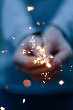 """""""A vida não se conta pelas velas que apagamos e sim pelas luzes que acendemos."""""""