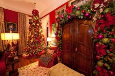 Holiday Installation Grand Colonial - traditional - Living Room - Houston - Madame Butterfly Designs