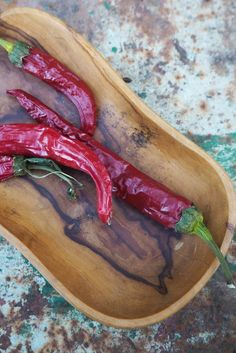 Container Gardening For Beginners How to dry chillies – 3 easy ways Container Plants, Container Gardening, Gardening For Beginners, Gardening Tips, Patio Tomatoes, Chilli Plant, Dried Chillies, Easy Plants To Grow, Terracotta Flower Pots