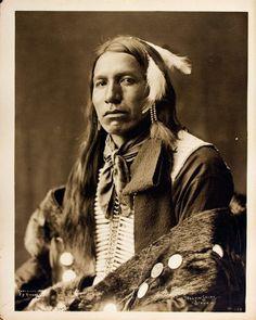 Yellow Shirt (Ogle Zizi), Oglala Lakota, Two eagle fluffs tied into his hair. Native American Pictures, Native American Wisdom, Native American Beauty, Native American Tribes, Native American History, American Indians, American Symbols, American Women, American Art