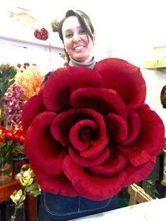 SAN VALENTINO: LA ROSA GIGANTE FAI DA TE (VIDEO) Come realizzare la rosa gigante in carta crespa in poche mosse! Il tutorial di Simona Nannelli Floreal Designer fiorentina! Buon San Valentino a tutti!!! #sanvalentino #rose #tutorial