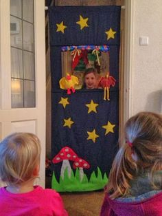 Doorway puppet show! Felt Puppets, Hand Puppets, Crafts To Make, Easy Crafts, Roll Up Curtains, Diy For Kids, Crafts For Kids, Kindergarten Design, Puppet Making