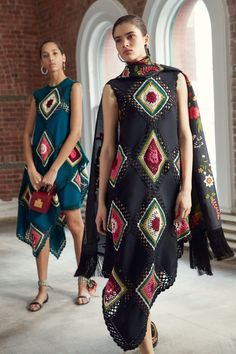 The complete Oscar de la Renta Pre-Fall 2019 fashion show now on Vogue Runway. Model Oscar de la Renta Pre-Fall 2019 Fashion Show Mode Crochet, Crochet Fashion, Crochet Clothes, Crochet Dresses, Fall Outfits, Ideias Fashion, Knitwear, Fashion Show, Couture Fashion