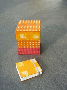 Een toren van drie doosjes met een bijpassend boekje; made by Marleen Derweduwen