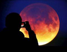 WinNetNews.com - Pernahkah kamu mendengar Pink Moon? Terlintas dalam pikiran kamu, Pink Moon adalah bulan berwarna pink, kan? Tapi belum tentu itu benar. Kalau kamu ingin menyaksikan fenomena alam ini, The Pink Moon akan mencapai puncaknya pada Selasa 11 April 2017, atau malam ini!Para astronom harus