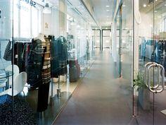 Stockholm Modecenter i Järla Sjö. Inne i lokalerna ligger Weber Designgolv. Golven ytbehandlades med en matt, genomskinlig ytbehandling för en grov och rustik känsla. Stockholm