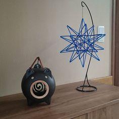 てぬぐい額の反対側 #玄関#蚊取り豚#ヒンメリ Mobiles, Handmade Ornaments, 3d Paper, Diy Home Decor, Projects To Try, Sculpture, Holiday, Instagram Posts, Inspiration