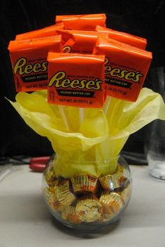 Small Reece's candy bouquet—I'd make with the new dark chocolates in the base. Fun, beautiful and delicious! Food Gifts, Craft Gifts, Diy Gifts, Cheap Gifts, Wrapping Ideas, Cute Gifts, Best Gifts, Holiday Gifts, Christmas Gifts