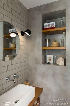 Nous avons rénové un toilette avec un lavabo dans une maison à Barcelone , le wc est situé dans le rez de chaussé de la maison . Nous avons utilisé du béton ciré pour couvrir les anciens carrelages, vieillots et démodes et du bois en tecke pour créer un ambiance plus chaleureux et accueillant. Budget 4000 euros.