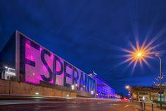 Das Hotel Esperanto Kongress- und Kulturzentrum in Fulda. Der riesige beleuchtete Schriftzug ist ein dankbares Fotomotiv