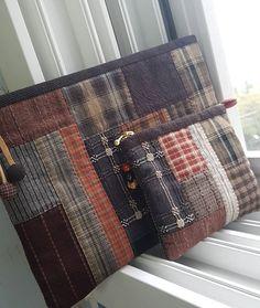 #2018 #손바느질 #quilt #patchwork 즐거운날, 슬픈날 , 화나는날, 우울한날... 모든날들의 수위조절을 도와준 바느질 ✂️➰➿〰️ Patchwork Patterns, Patchwork Bags, Quilted Bag, Sew Wallet, Japanese Bag, Coin Bag, Little Bag, Zipper Bags, Handmade Bags