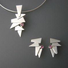 How To Clean Gold Jewelry Safely - JewelryDaze Metal Clay Jewelry, Glass Jewelry, Pendant Jewelry, Jewelry Art, Jewelry Necklaces, Clean Gold Jewelry, Minimal Jewelry, Modern Jewelry, Silver Jewelry
