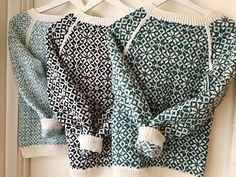 """Vendelas Rosegenser er endelig her! Dette er en nydelig helmønstret genser med åttebladsroser. Genseren blir nydelig i forskjellige fargekombinasjoner, så det er bare å leke seg med farger. Økingene under ermene strikkes i striper og er en kul detalj. Genseren strikkes med noe """"høy"""" strikkefasthet for å få mønsteret smått og pent, strikk en prøvelapp først for å være sikker på at du får rett strikkefasthet med foreslått pinnestr."""