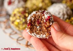 Easy healthy treat - No Bake Ginger & cinnamon bliss balls! Super delicious vegan treats that are ready in no time and they taste like Christmas!