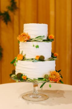 Simple white wedding cake with 3 layers and autumn details. Perfect for a Fall wedding.