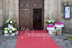 Decoración para la entrada de la ceremonia con cajas para los pétalos y el arroz , en floristeriamarques.com