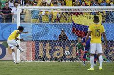 Juan Guillermo Cuadrado cobra el penalti para marcar el 1:0 frente Japón
