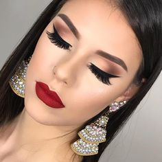 Simple elegant eye makeup, winged linger with natural smokey eye. beautiful look!