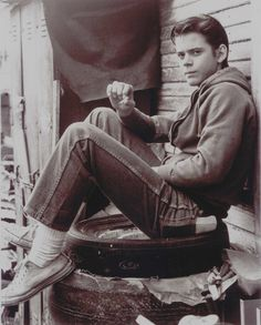 Thomas Howell as Ponyboy Curtis of The Outsiders-Stay gold, Ponyboy. The Outsiders Ponyboy, The Outsiders Imagines, The Outsiders 1983, Nothing Gold Can Stay, Stay Gold, 80s Movies, Movie Tv, Nice Movies, Famous Movies
