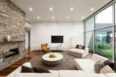 Helles Wohnzimmer im Weiß und Grau mit Steinwand