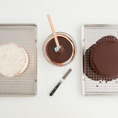 How to glaze a cooled cake with little effort, mess, or time. and other great decorating tips Cake Decorating Tutorials, Cookie Decorating, Decorating Cakes, Cupcakes, Cupcake Cakes, Cupcake Recipes, Dessert Recipes, Icing Recipe, Piece Of Cakes