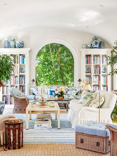 Interior VII Designer: Mark D. Sikes Location: Hollywood, L. My obsession with blue continues! The use of a blue check was inspired by the likes of Mongiardino, Mark Hampton and Albert Hadley. 📸 by for Architectural Digest May 2019 Albert Hadley, Style At Home, Architectural Digest, Hollywood Hills Häuser, Hollywood House, Mark Sikes, Blue And White Pillows, White Sofas, Bed Styling